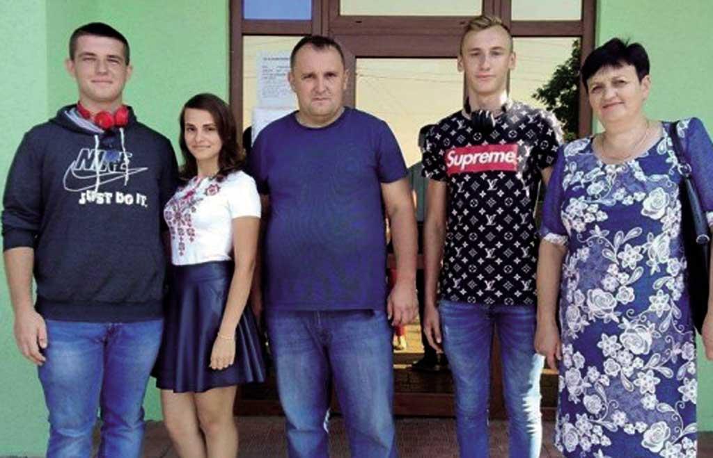 Замість святкових букетів школярі на Вінниччині зібрали кошти на порятунок бійця