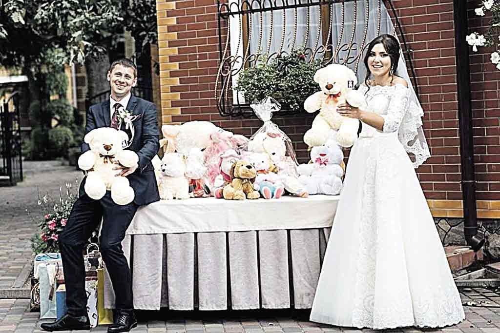 На весілля замість квітів – дитячі іграшки. Подружжя їх вручило вихованцям школи-інтернату