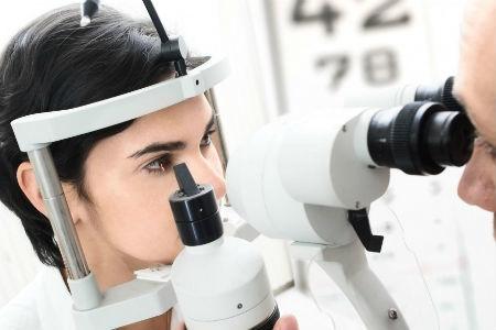 Цей лікар повертає зір